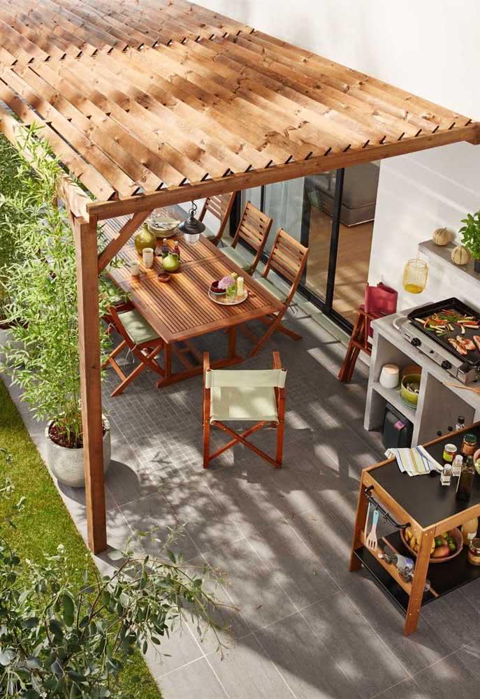 Pergolado de madeira para área gourmet externa. Uma solução ideal para condomínios e casas.
