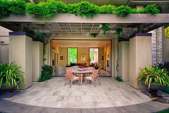 Muito mais charme para o pergolado com plantas na parte superior da estrutura