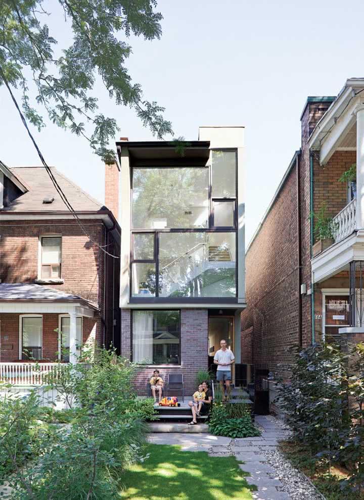 Casa pequena que concilia a vida na cidade com um belo jardim na área da entrada