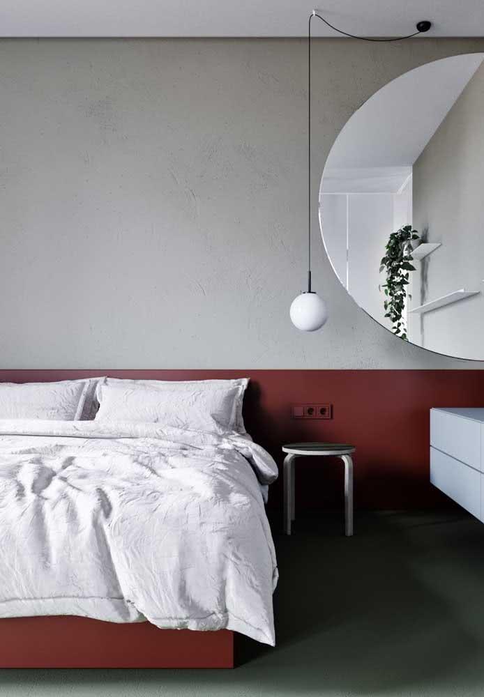 Não quer usar uma cabeceira para a cama? A pintura pode te ajudar e dar a impressão da existência de uma no quarto. Veja como a pintura acompanha a altura da cama no exemplo abaixo: