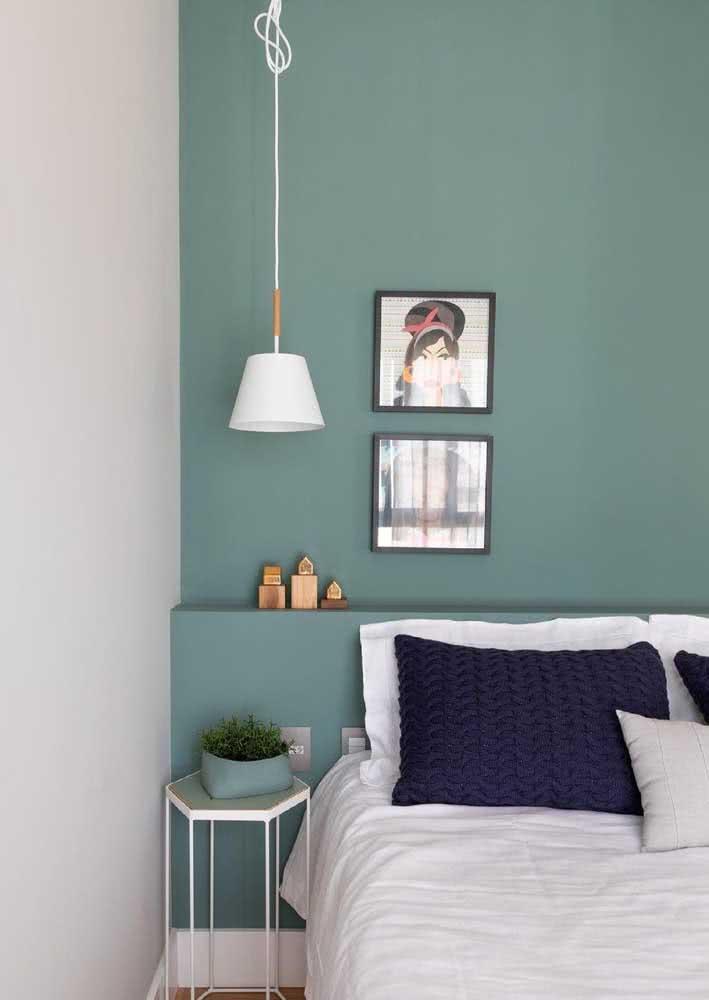 A escolha deste quarto foi pela cor verde água na parede da cabeceira da cama.