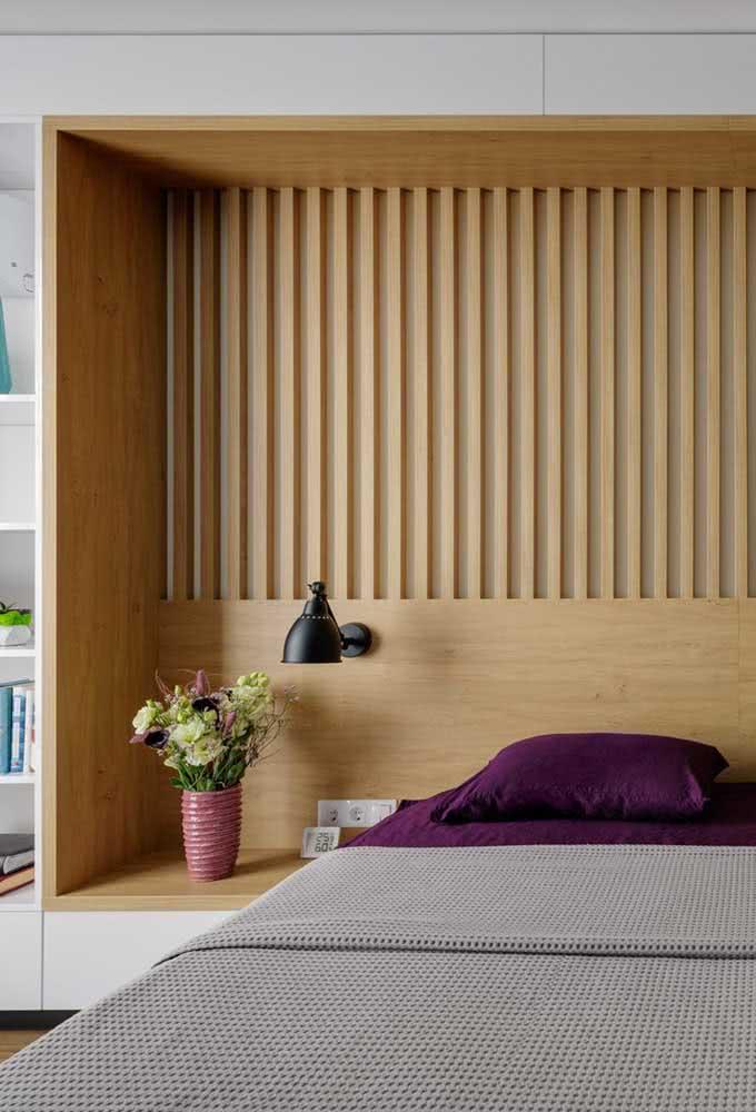 Os móveis planejados são outra opção para escolher bem e combinar as cores que quer para o quarto de casal.