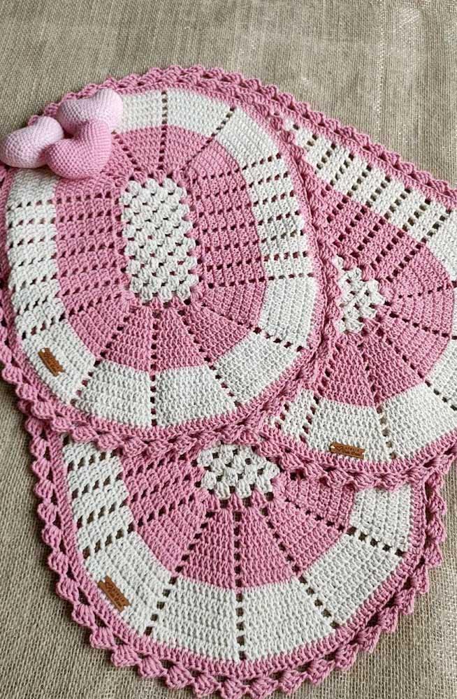 Dupla de jogo de banheiro linda de crochê com barbante rosa e branco.