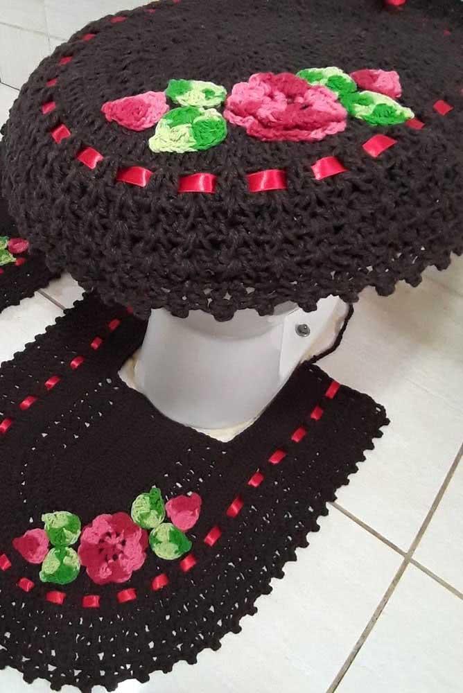 Jogo de banheiro de crochê marrom completo com rosas.