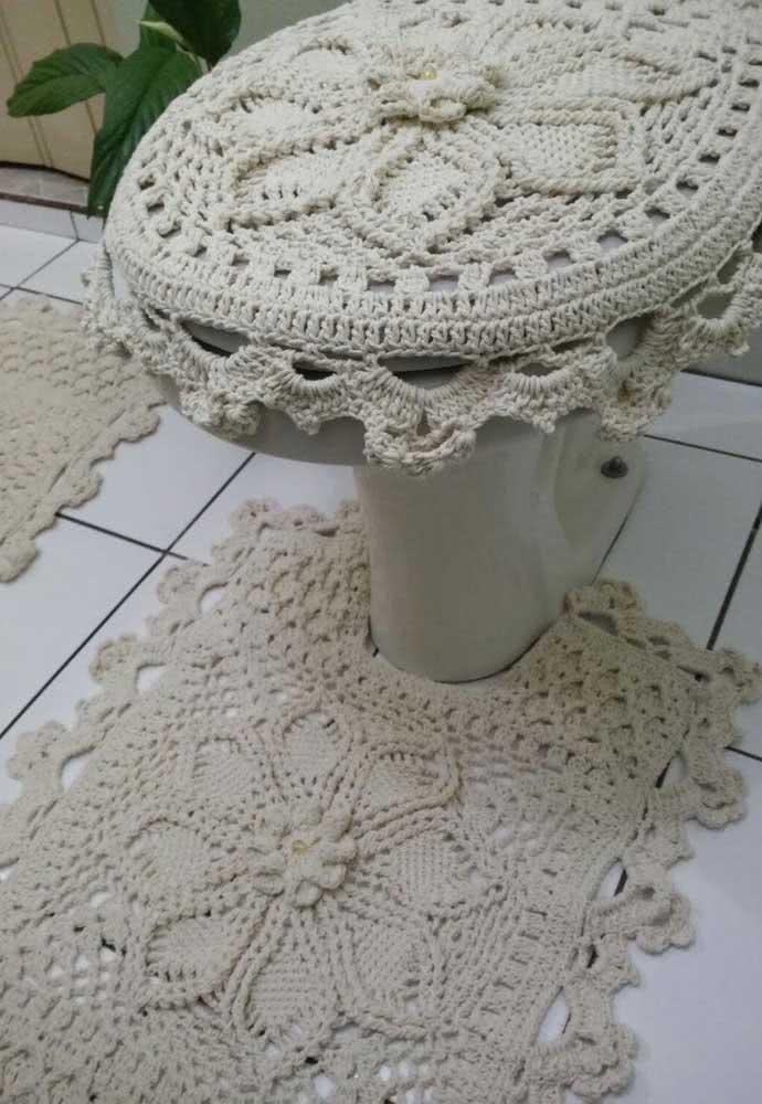 Jogo de banheiro com barbante cru simples com capa para vaso.