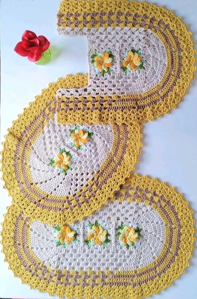 Já este jogo apostou no barbante amarelo para fazer a sua arte com pontos em espiral e centro com flores.