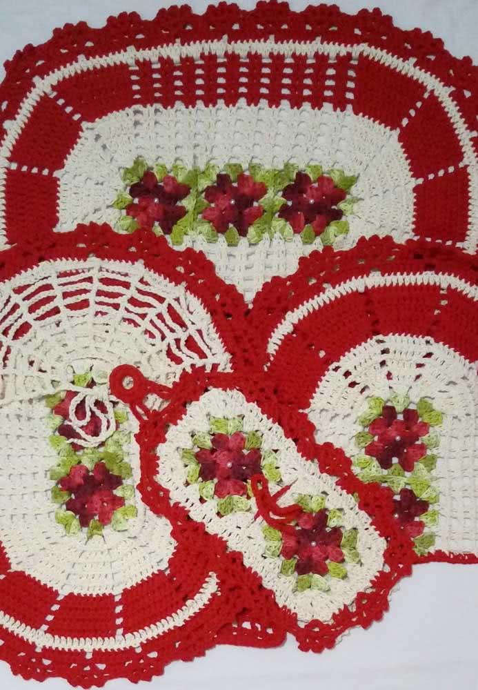 Jogo de banheiro simples vermelho e branco com rosas.