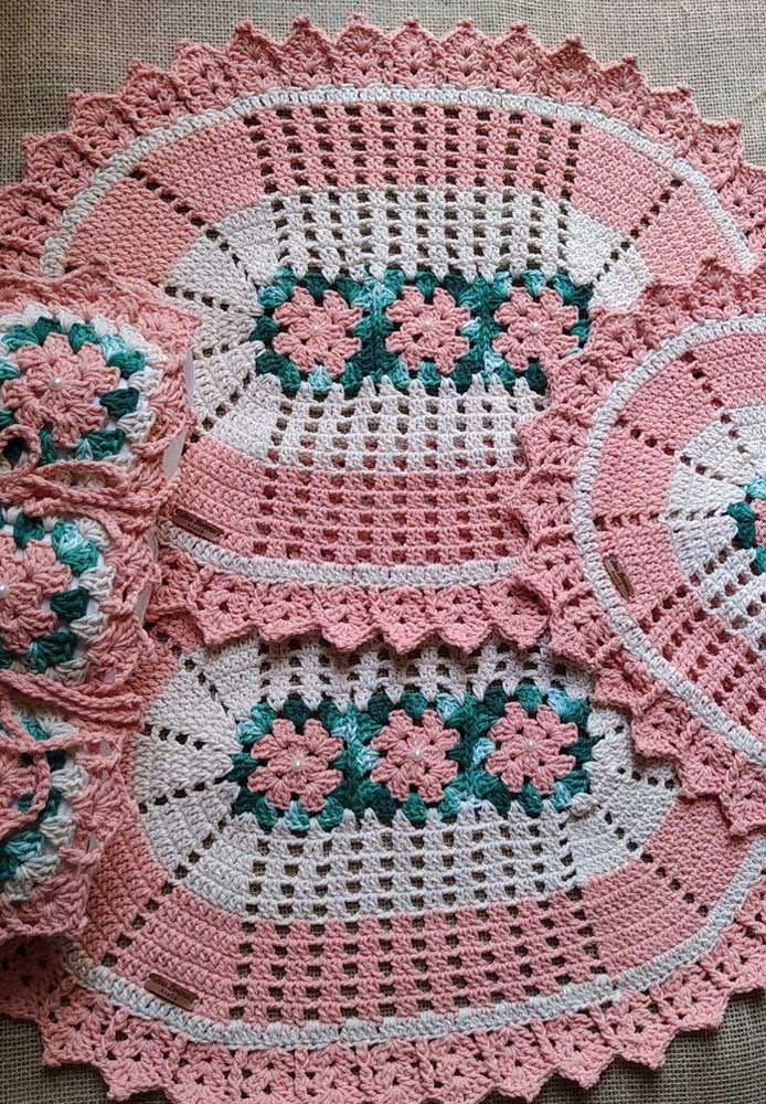Jogo de banheiro de crochê rosa e branco com flores verdes e rosas no centro das peças!