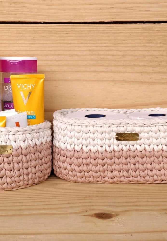 Porta papel higiênico de crochê e porta shampoos e produtos.