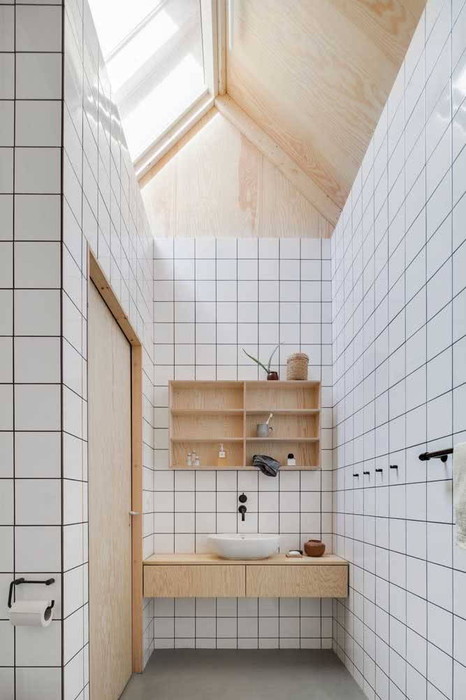 Banheiro japonês pequeno, funcional e decorado com móveis de madeira clara