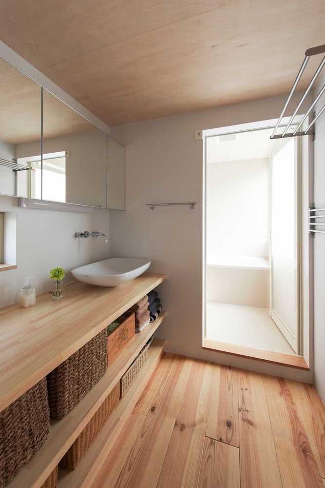 Nas casas japonesas, a área do banho fica separada do restante do banheiro