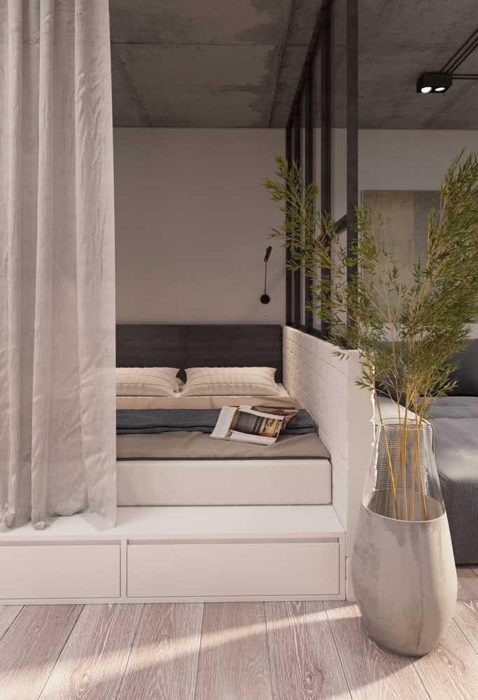 Moderna, essa casa japonesa apostou em uma paleta de cores neutra, com base no branco e cinza