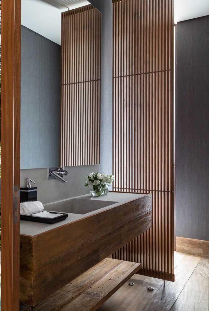 Banheiro japonês valorizado pelo uso da madeira e das cores neutras