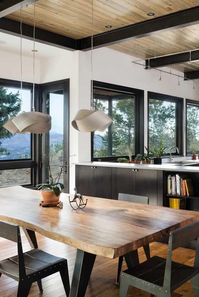 Complete o visual da mesa de madeira rústica com uma bela dupla de luminárias