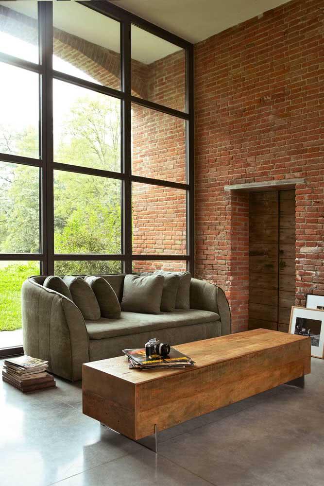 Mesa de centro rústica combinando com a parede de tijolinhos