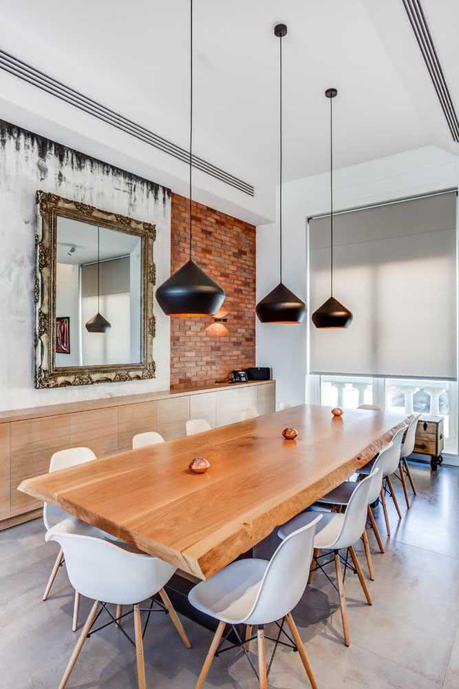 Que tal uma mesa de madeira rústica com cadeiras Eames?