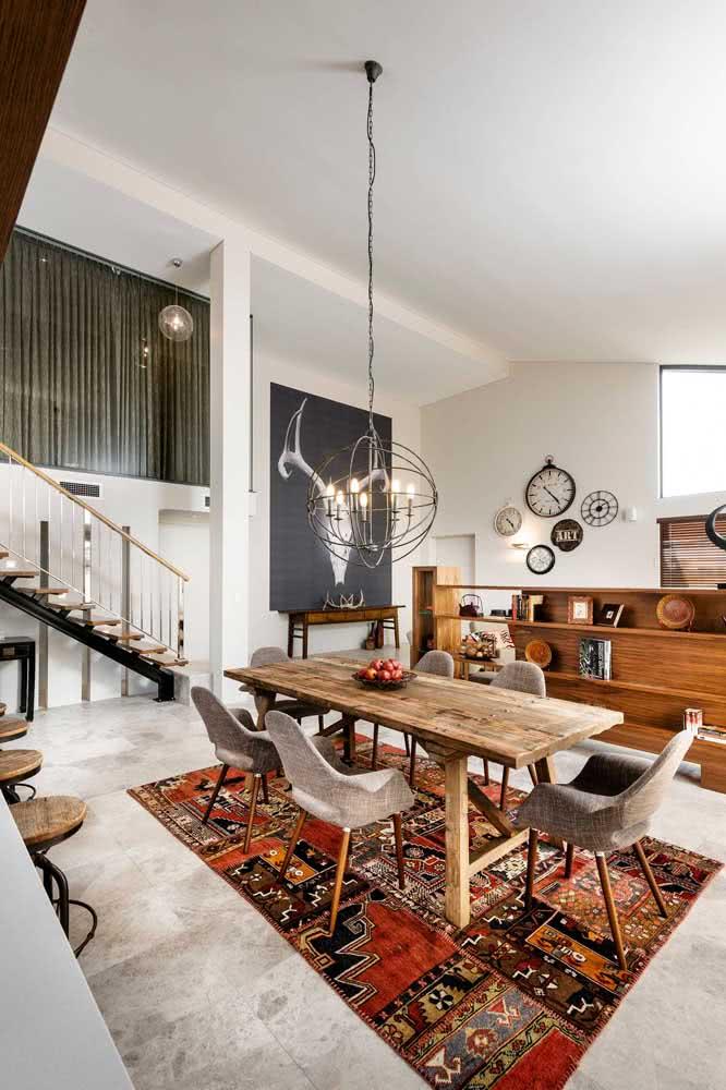 Mesa de madeira rústica perfeitamente combinada com o tapete