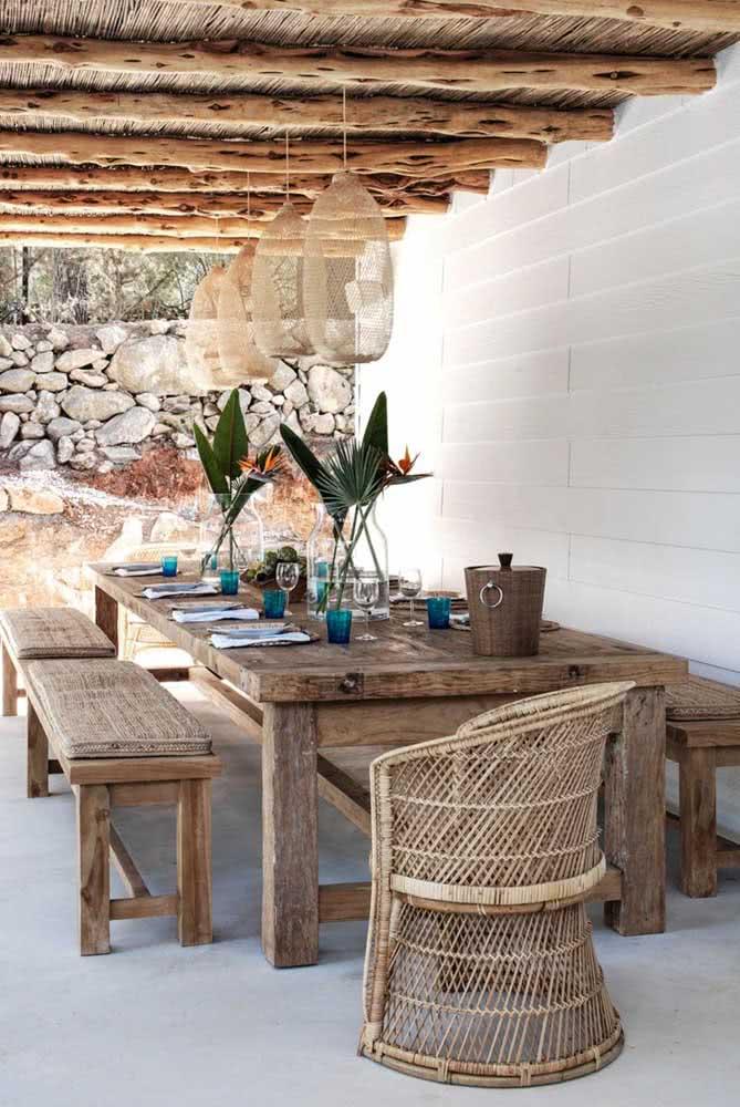 Mesa de madeira rústica com bancos: perfeita para áreas externas