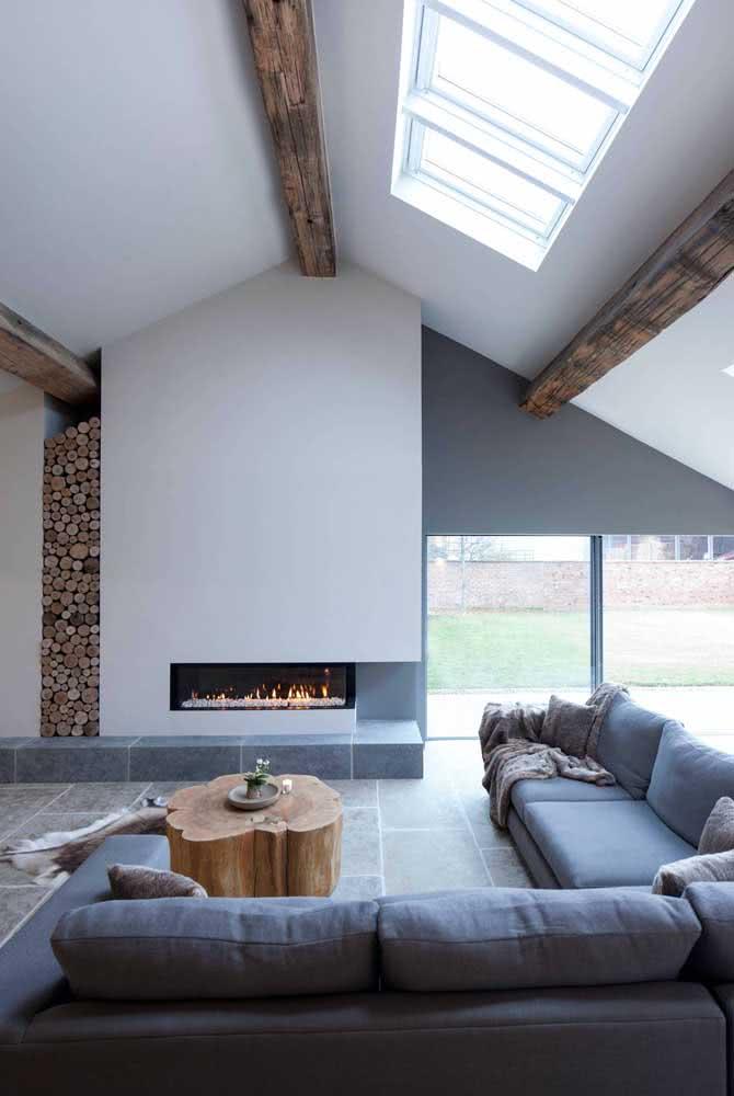 Ambiente clean e moderno decorado com mesa de centro de madeira rústica