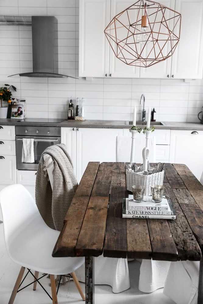 Junte ripas de madeira até formar uma mesa de jantar
