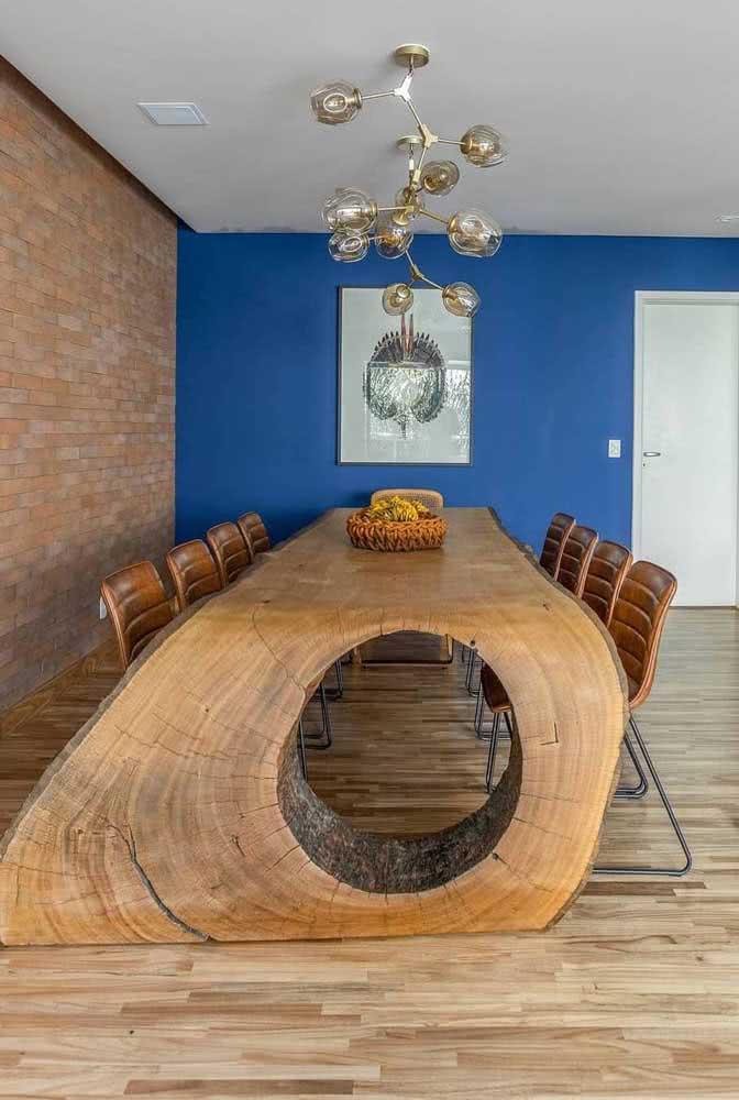 Aqui não resta outra coisa senão contemplar o visual maravilhoso da mesa de madeira