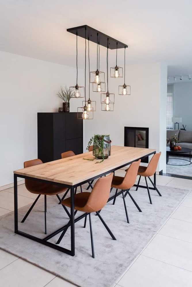 Mesa de madeira rústica com base metálica a là estilo industrial