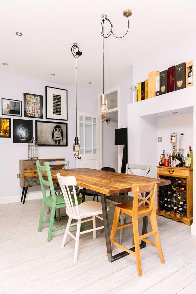 Mesa de madeira rústica com cadeiras coloridas: divertido, acolhedor e moderno