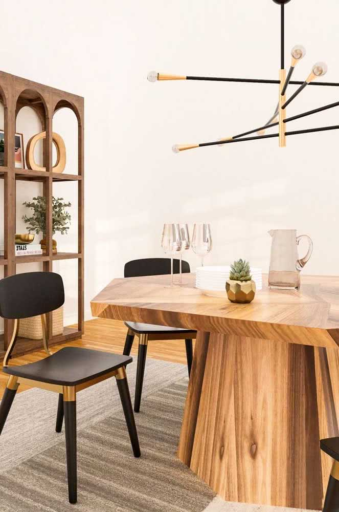 E que tal trazer um toque de dourado para glamorizar a mesa de madeira rústica?