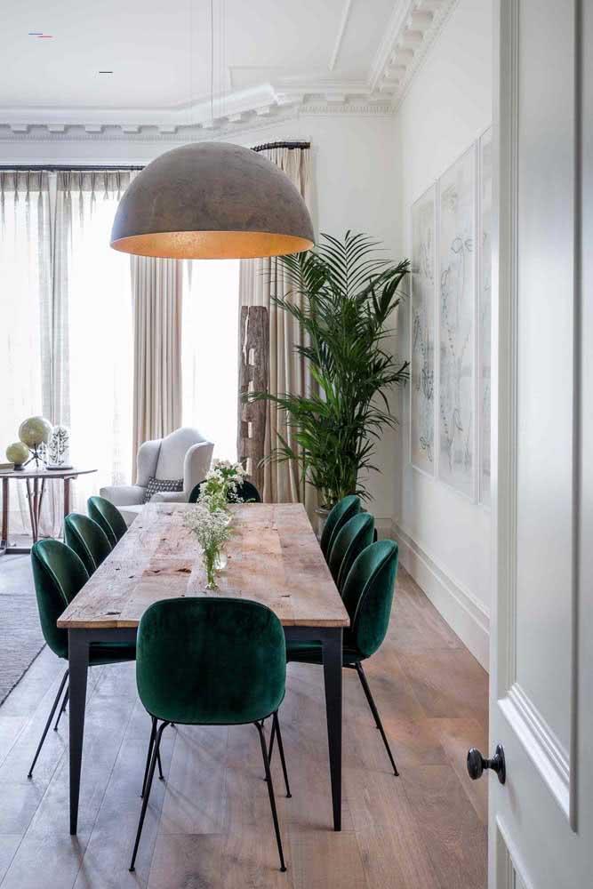 Cadeiras de veludo com a mesa de madeira rústica? Porque não?