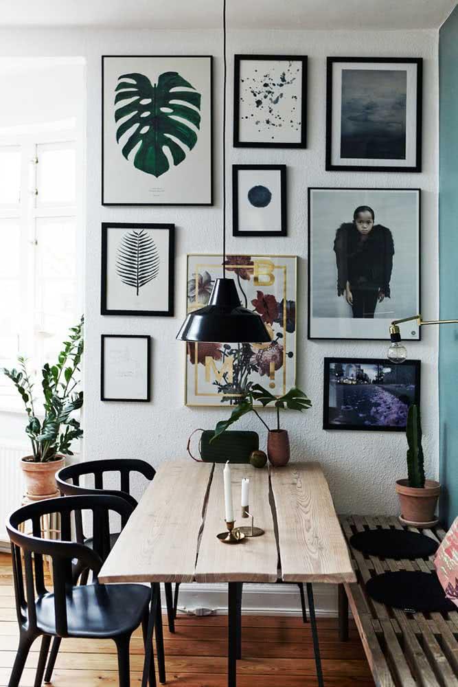 Mesa rústica feita com tábuas de madeira para um cantinho que transborda originalidade