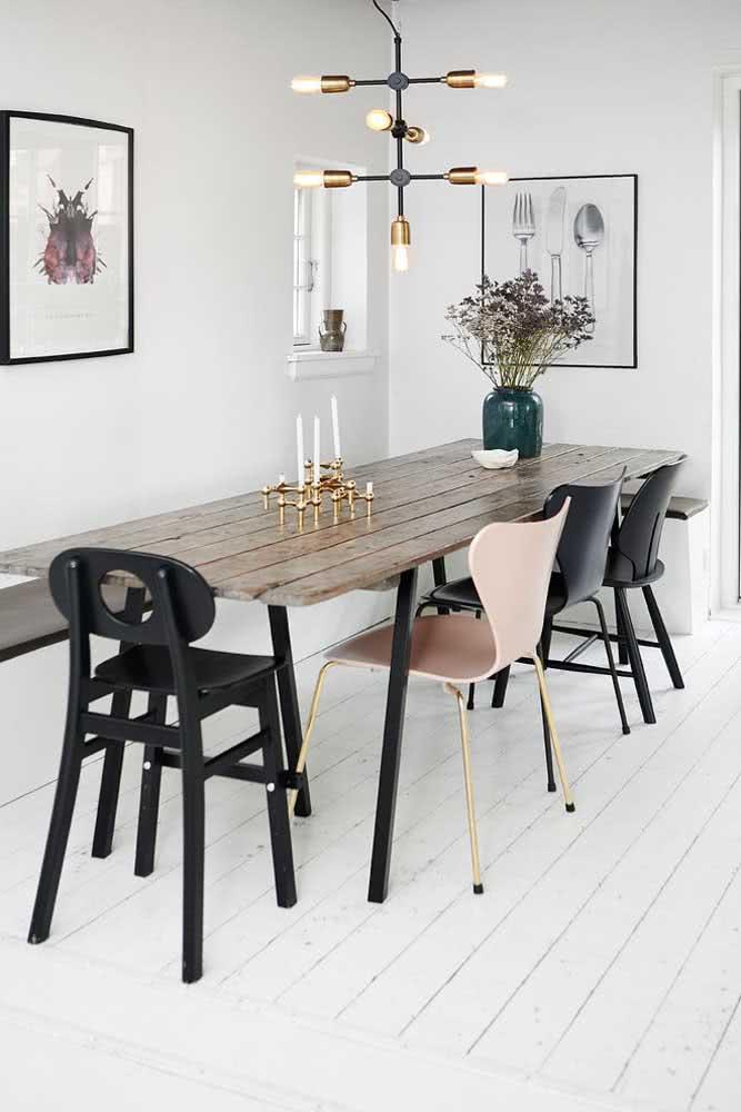 Brinque com diferentes tipos de cadeira ao redor da mesa de madeira rústica