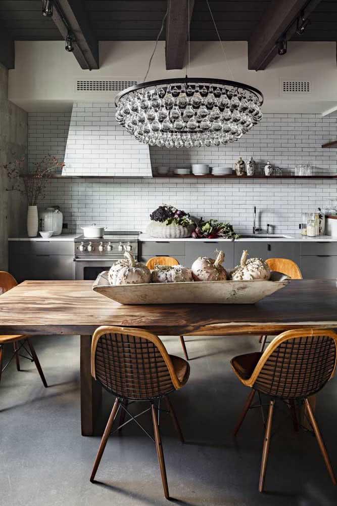 O que acha de uma mesa de madeira rústica com lustre de cristal?