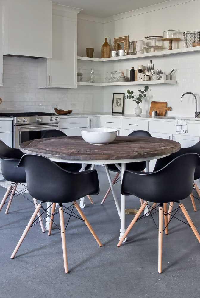 Mesa de madeira rústica redonda: ambientes pequenos e quadrados