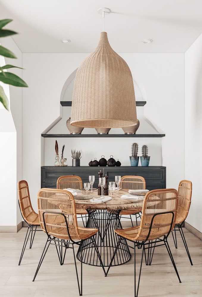 A base garante o toque de sofisticação dessa mesa de madeira rústica