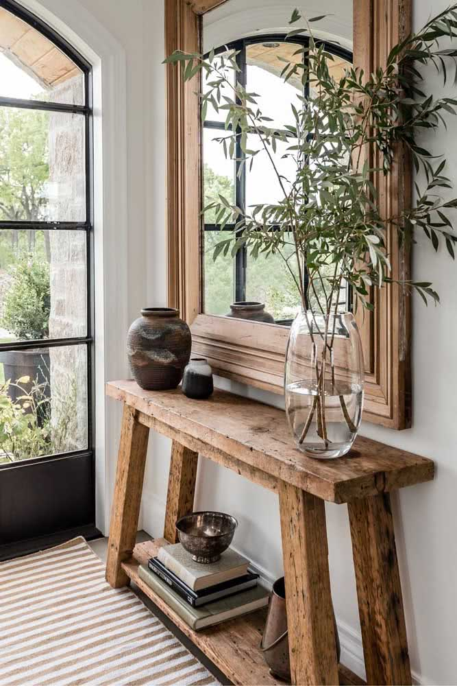 Aparador de madeira rústica estreitinho para não ocupar espaço no corredor