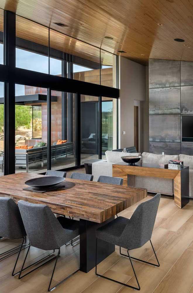 Ambientes sofisticados também tem espaço para mesa de madeira rústica