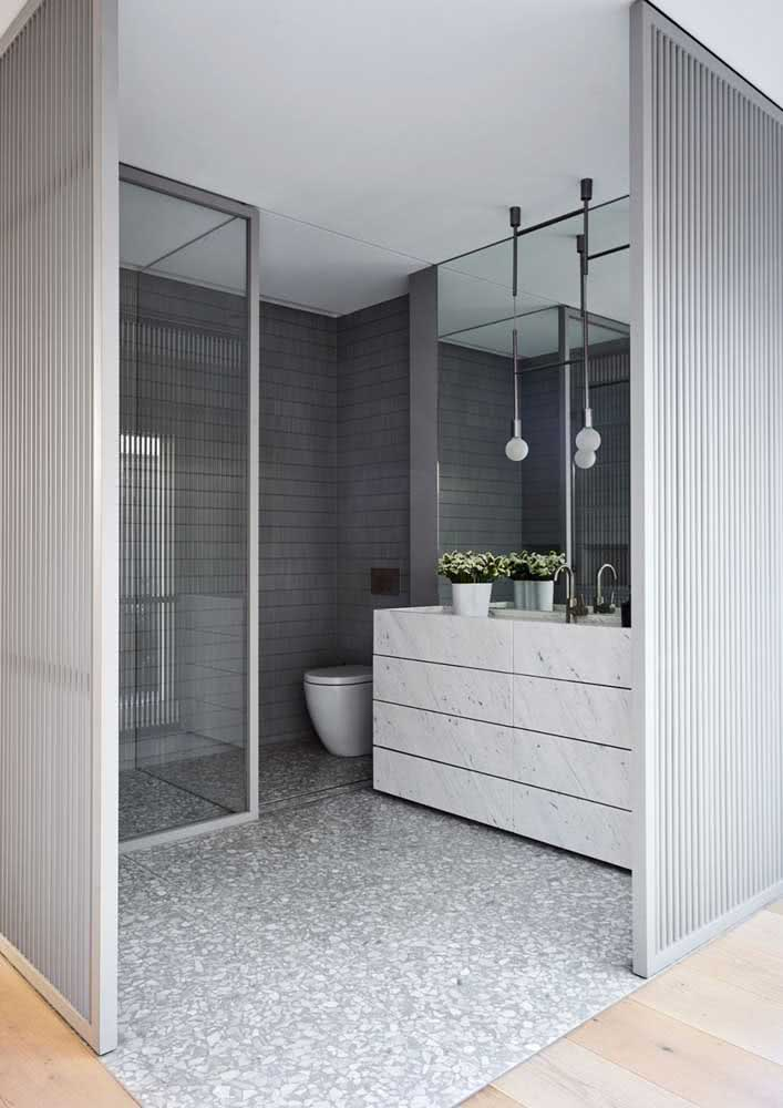 Banheiro cinza pequeno com piso de granito