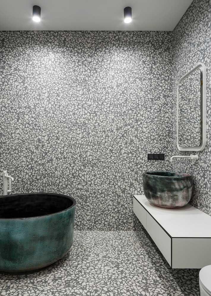 Um banheiro cinza que apostou no uso de texturas e elementos que fogem do comum