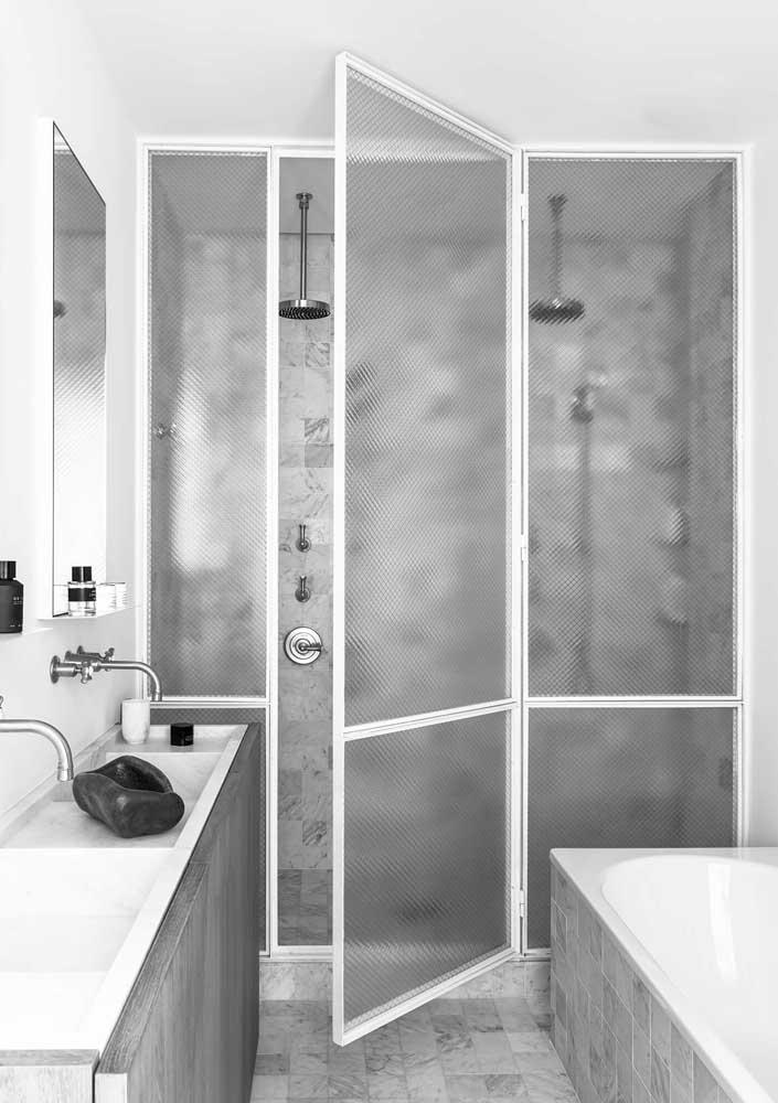 Banheiro pequeno cinza e branco. O minimalismo passou por aqui!