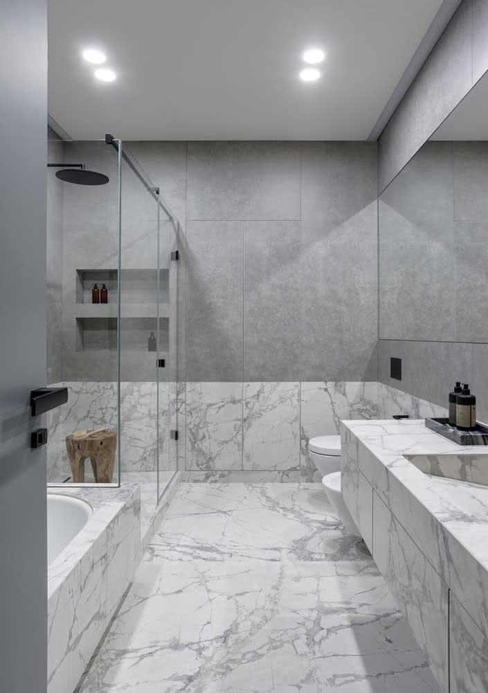 A meia parede cinza complementa com perfeição os detalhes do revestimento