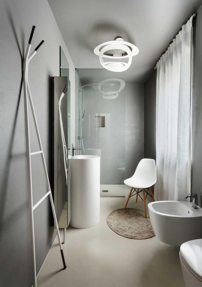 Dá ou não dá para passar um dia inteiro nesse banheiro cinza?