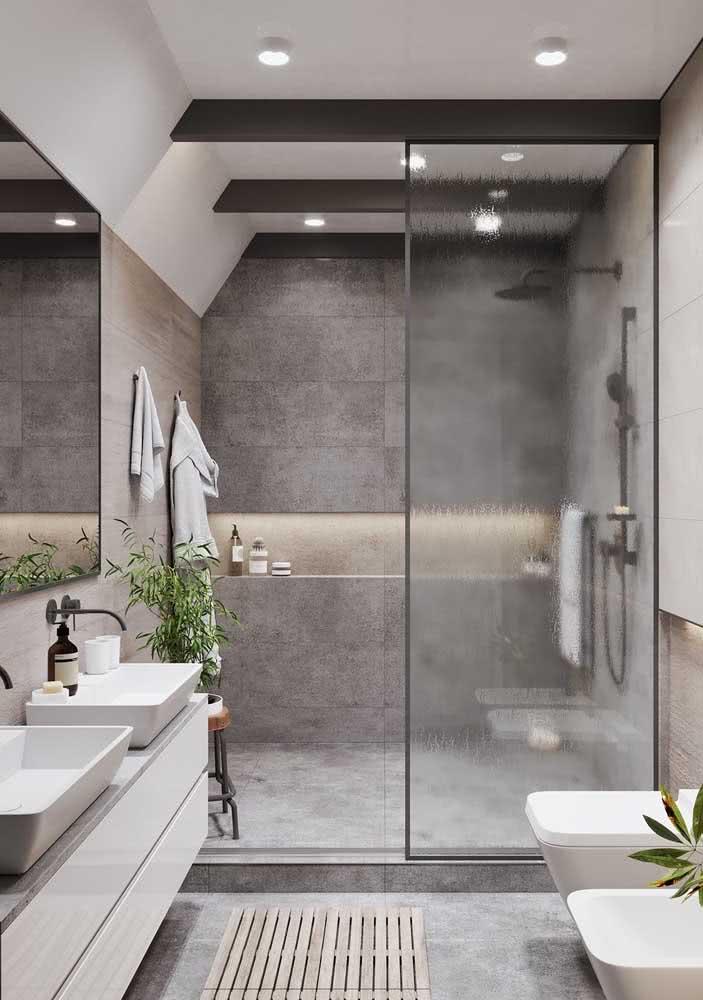 Um pouco de verde para energizar o banheiro cinza