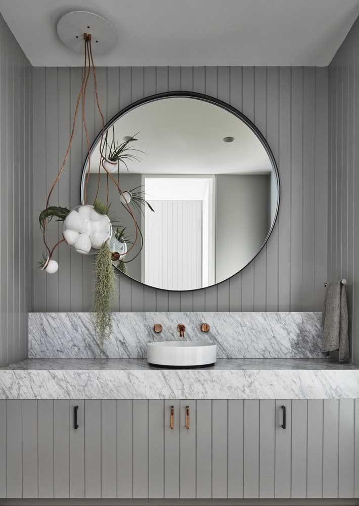 Bancada de mármore combinando com o painel ripado na parede igualmente cinza