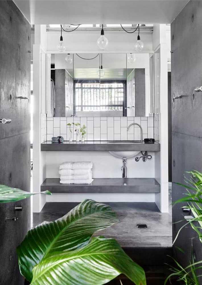 O diferencial desse banheiro cinza está nas plantas