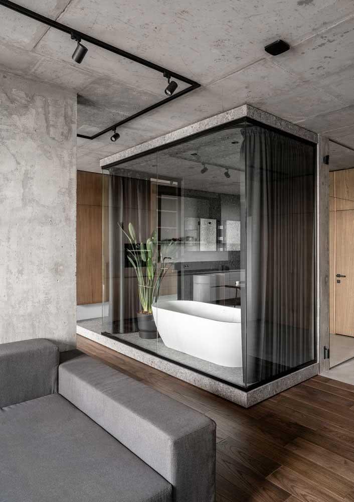 Já pensou ter um banheiro cinza no meio da sala?
