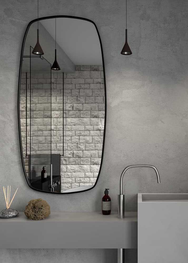 Banheiro cinza com parede de cimento queimado