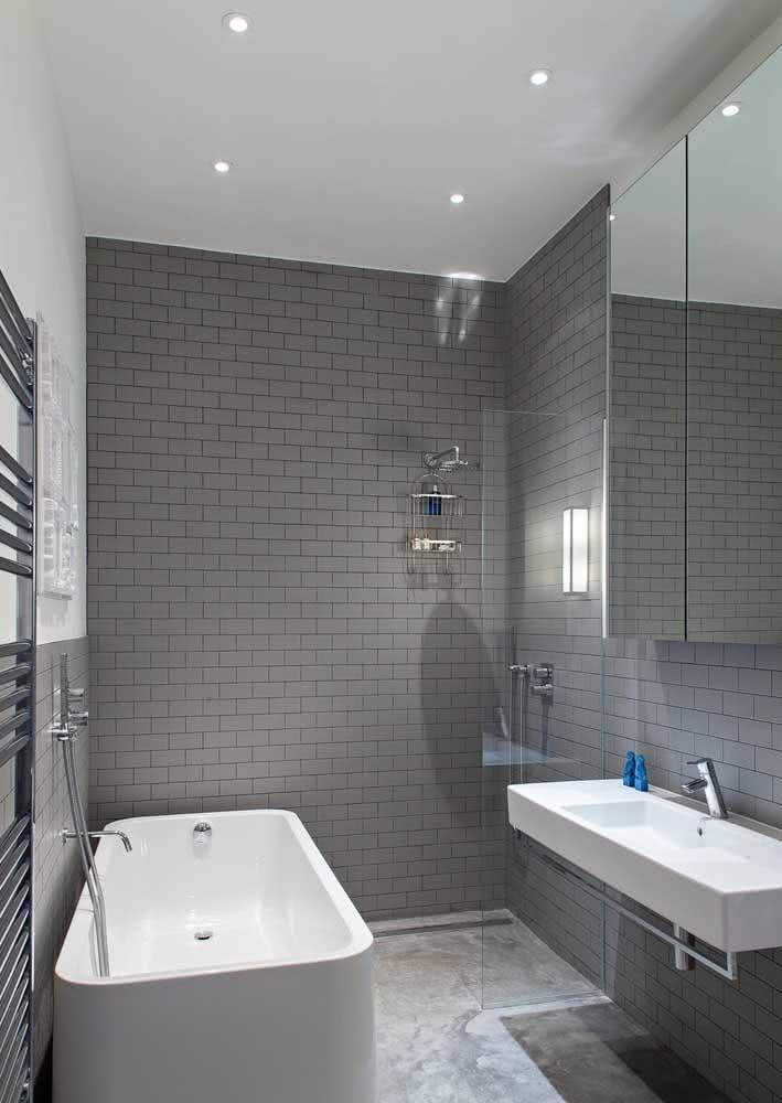 A parede de tijolinho cinza garante jovialidade a esse banheiro