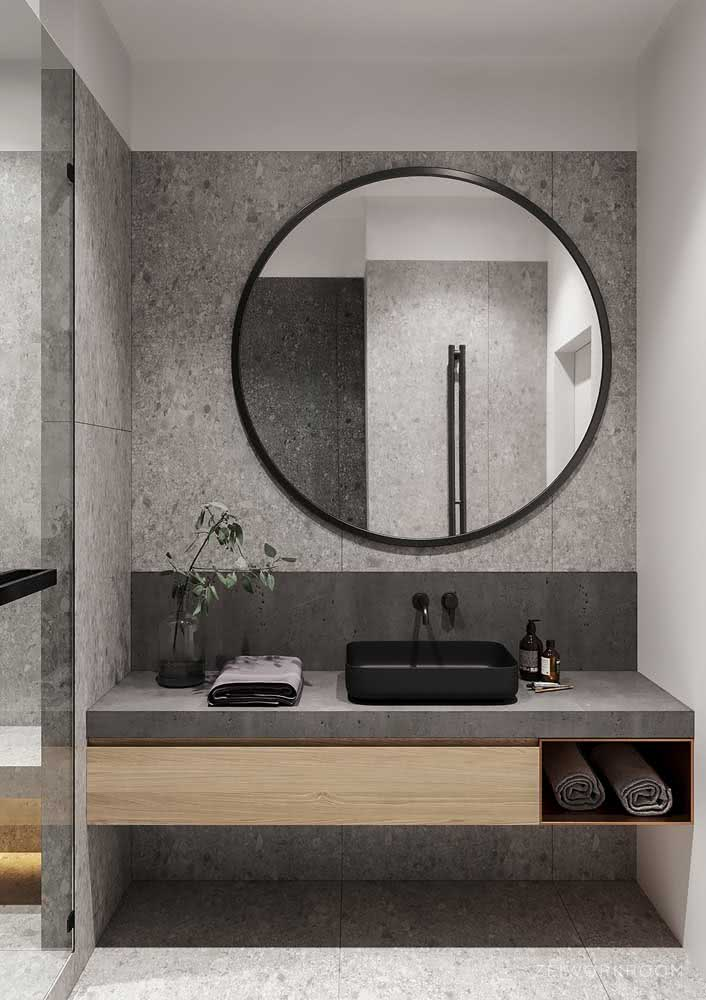 Com um toque amadeirado para assegurar o conforto do banheiro