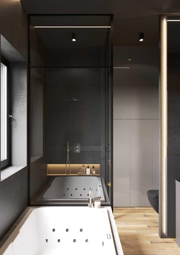 Já os vidros e os espelhos provocam os sentidos dentro desse banheiro cinza