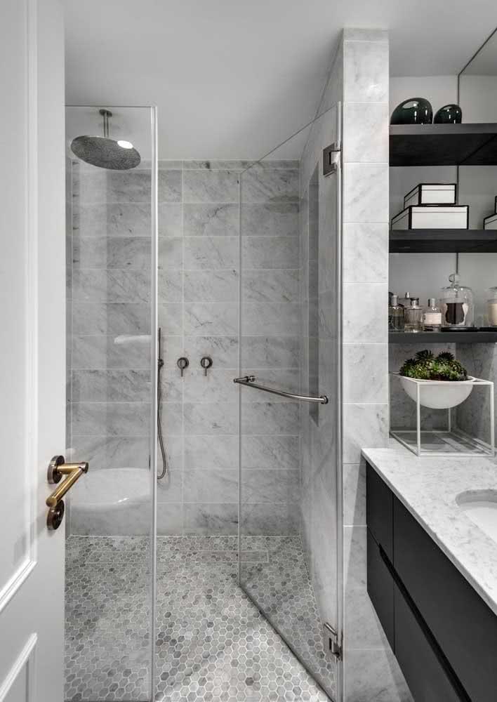 Banheiro cinza com pastilhas no chão: um modo diferente de usar o revestimento